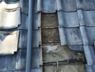 傷んだ防水紙と桟木