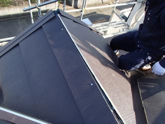 出窓に屋根材を葺く