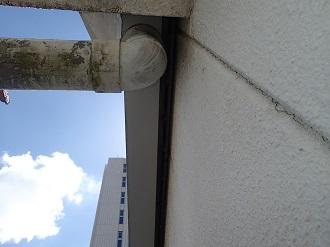 汚れた雨樋とクラックの入った外壁