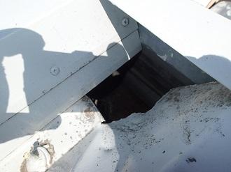 雨水の浸入を許した折板屋根の穴