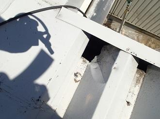 穴の空いた折板屋根