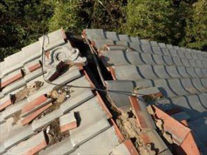 2階瓦屋根の棟崩壊