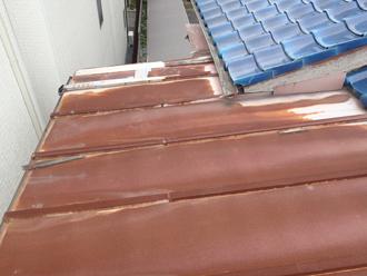 葺き替え前の錆びた屋根