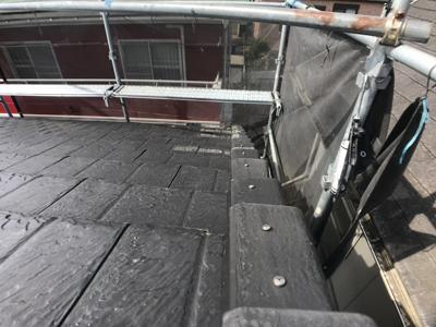 部分的な補修が終わり、正常な位置に戻った袖瓦
