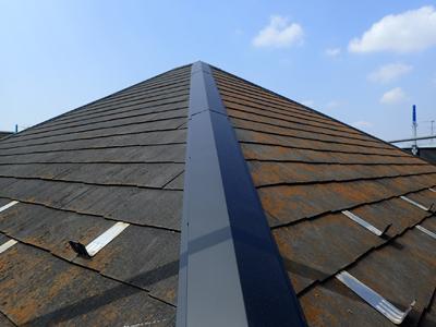 新しい棟板金を取り付けたスレート屋根