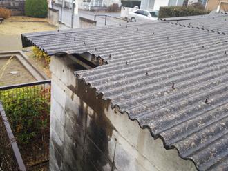 一部が欠けた大波スレート屋根