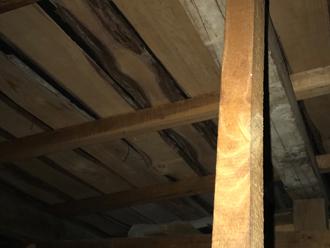 天井裏の雨漏り跡