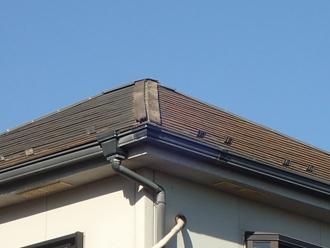 棟板金が剥がれた屋根