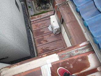 ガムテープで補修された屋根