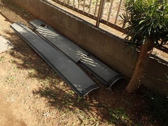 お庭の片隅に片付けられていた棟板金