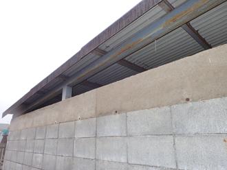 屋根が取り付けられている鉄骨