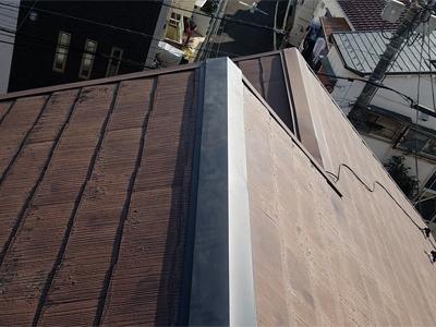 新しい棟板金を取り付けたスレート屋根(品川区中延)