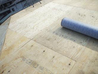 野地板に防水紙を葺きます