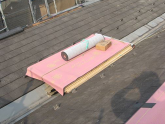 屋根材の上からルーフィングを葺いていきます