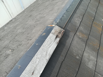 飛散した板金と残った貫板