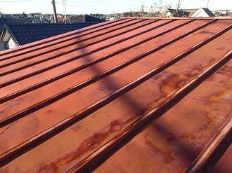 錆が全体に広がるトタン屋根