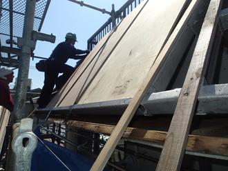 構造用合板をフレームに取り付け