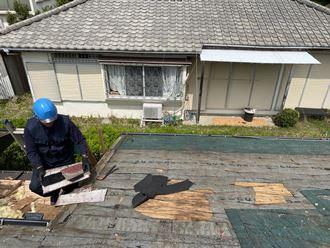 屋根の解体作業