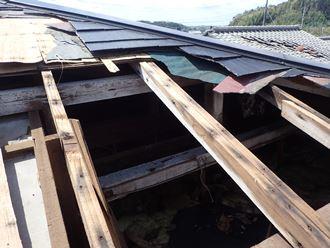 穴が開いた屋根