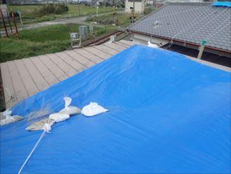 君津市長谷川で令和元年東日本台風により破損したカバー工法の金属屋根を葺き替え工事で補修、施工前写真