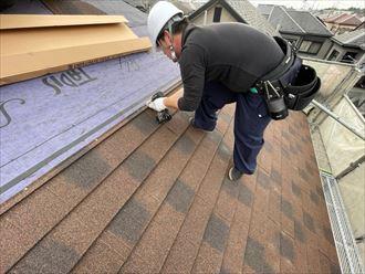 屋根材をビス止めします