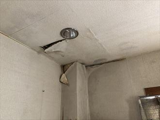 雨漏りによって天井、壁の腐食